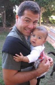 Papá canguro disfrutando de su bebé cerca